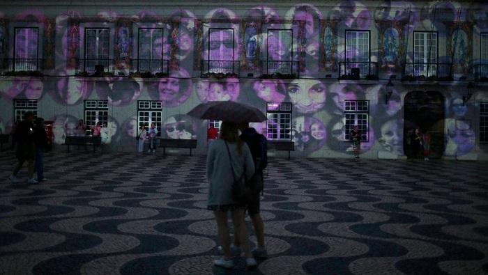 Фасады домов служили «полотном» для мультимедийных проекций.