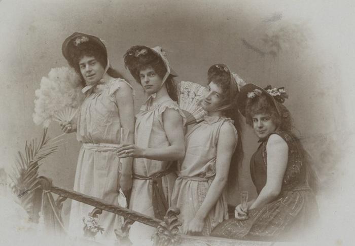 Студенты университета в постановке «Затонувший колокол», 1898 г.