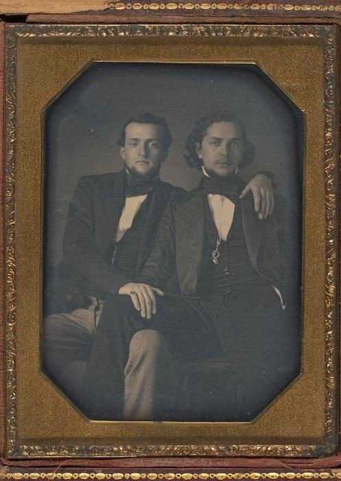 Мужчины, позирующие в обнимку, 1850-е гг. | Фото: mashable.com.