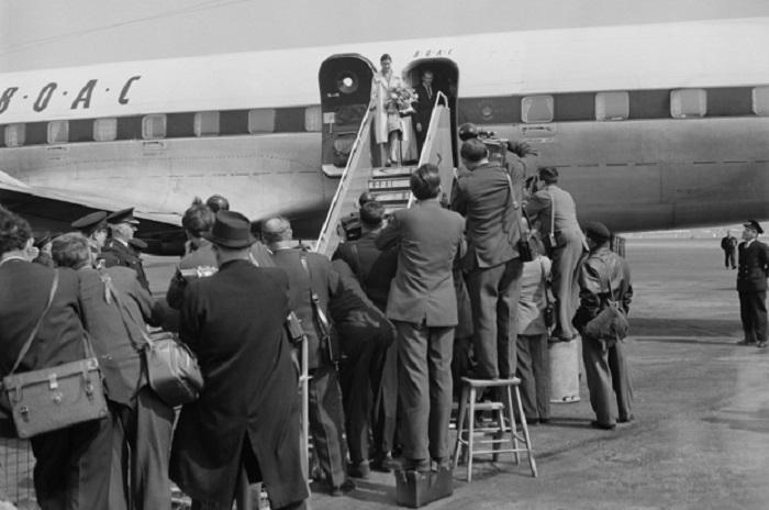 Марго Фонтейн сходит с трапа самолета из Панамы. | Фото: historyrevealed.com.