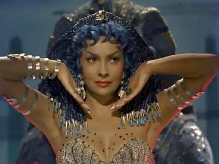 Кадр из к/ф «Самая красивая женщина мира» (1955). | Фото: thevintagenews.com.