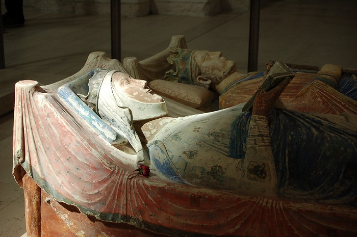 Надгробия Алиеноры Аквитанской и Генриха II в аббатстве Фонтевро. | Фото: upload.wikimedia.org.