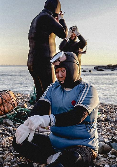Средний возраст ныряльщиц составляет 78 лет. | Фото: huffingtonpost.com.