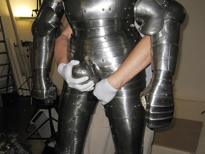 У средневекового рыцаря все части тела были закованы в латы.