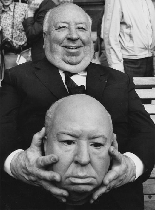 Альфред Хичкок с резиновой копией своей головы. | Фото: bigpicture.ru.