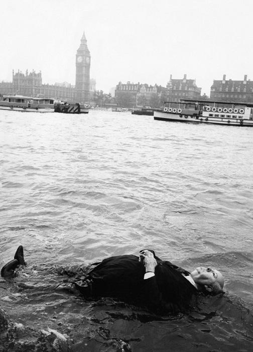 Манекен Альфреда Хичкока плавает в Темзе. | Фото: bigpicture.ru.