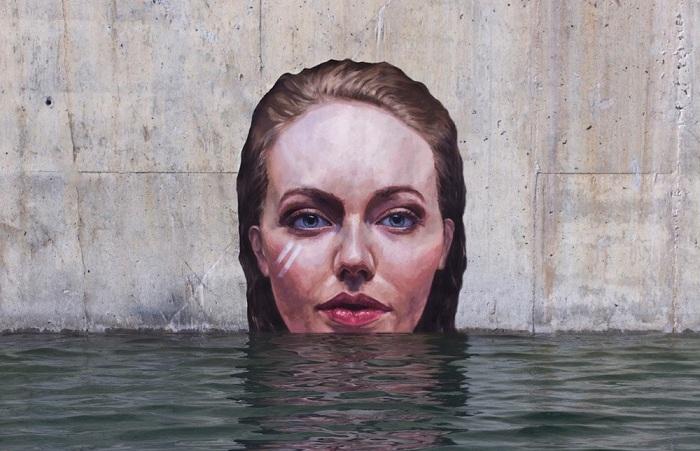Женский образ «поднимающийся» из воды.
