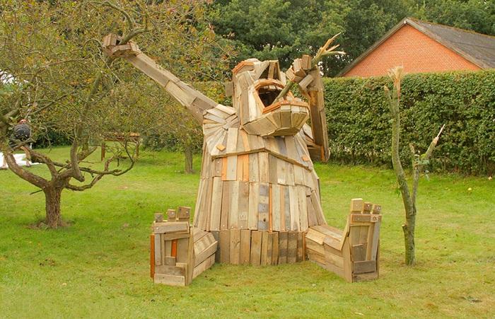 Скульптура из переработанной древесины.