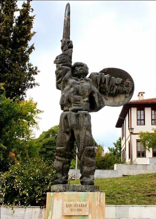 Памятник Ивайло Лахану в Ивайлограде.   Фото: storyfiles.blogspot.com.