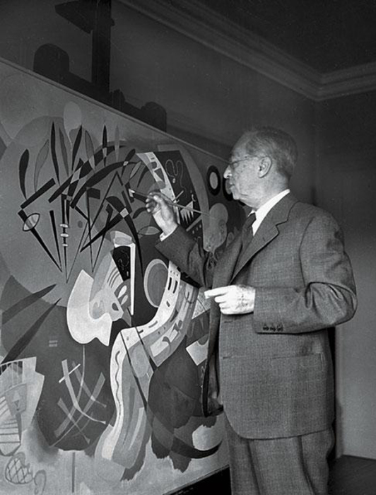 Василий Кандинский за работой, 1936 год. | Фото: portal-kultura.ru.