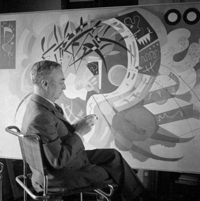 Василий Кандинский у мольберта, 1936 год. | Фото: wassilykandinsky.net.