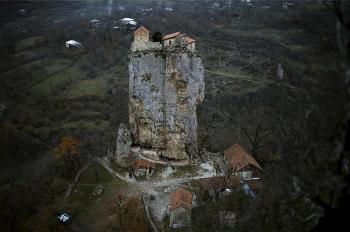 Церковь на вершине столпа Кацхи. | Фото: lifebuzz.com.