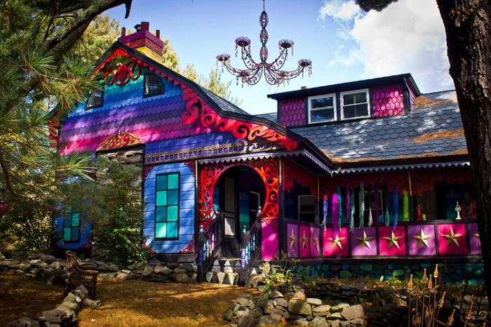 «Calico» - дом, выкрашенный во все цвета радуги.