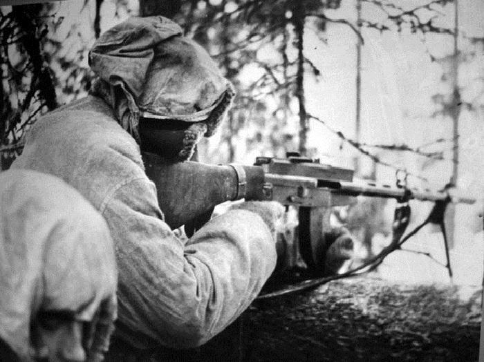 На фото: Симо Хяюхя с пулеметом  «Лахти салоранта М-26». | Фото: russian7.ru.