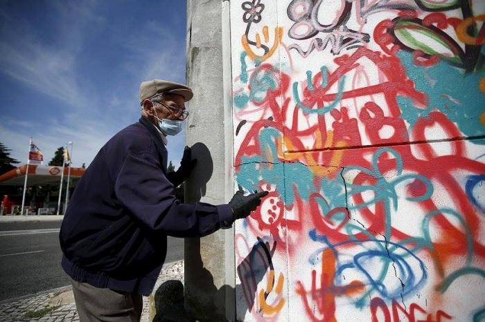 85-летний дедушка рисует граффити.