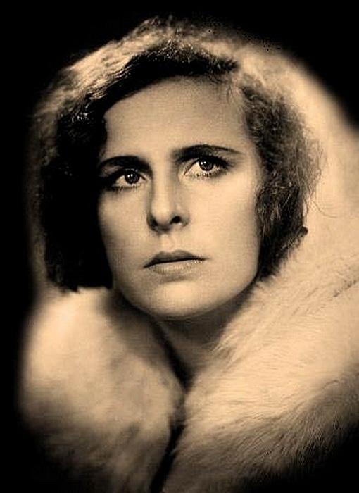 Leni Riefenstahl - немецкая актриса, танцовщица, режиссер, фотограф.