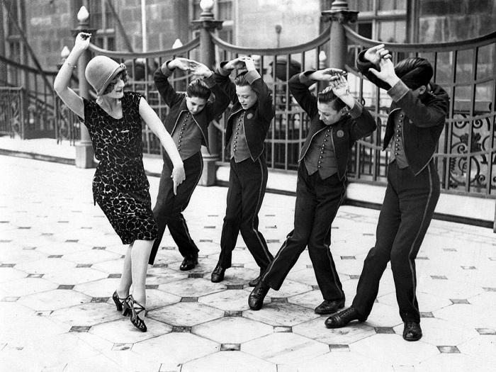 Школа этикета 1920-х годов. | Фото: messynessychic.com.