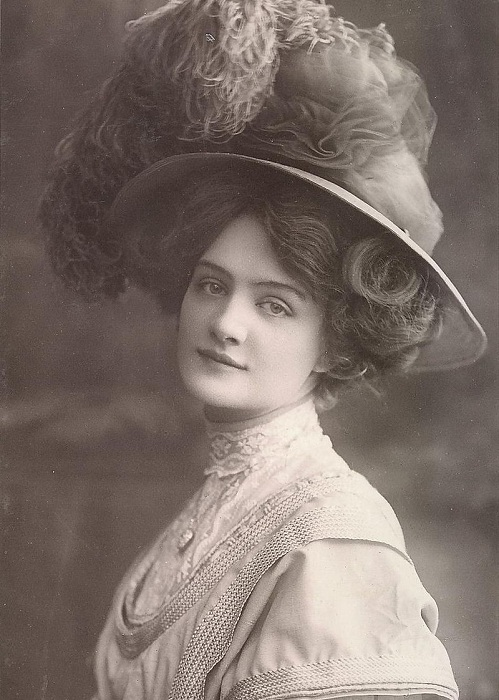 Шляпы стали частью образа Лили Элси. | Фото: thevintagenews.com