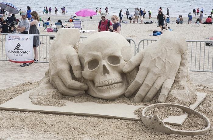 Скульптура, выполненная из 10 тонн песка.