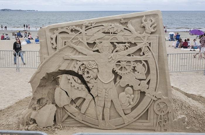 Креативная и сложная скульптура из песка.