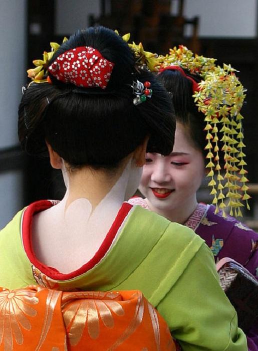 Традиционные японские прически делаются с использование расплавленного воска. | Фото: thevintagenews.com.