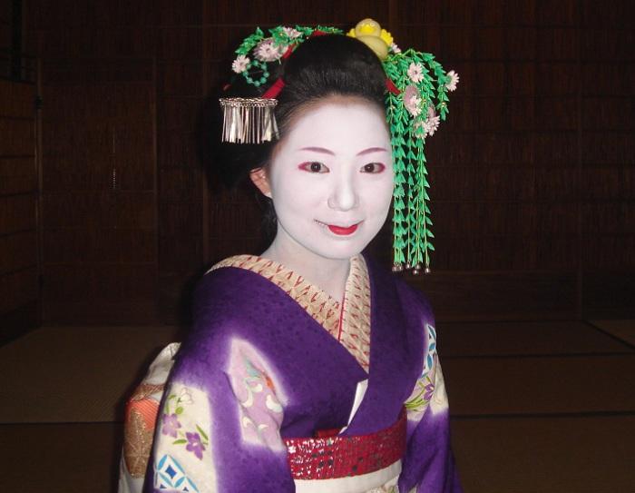Прически гейш украшаются заколками канзаши. | Фото: en.wikipedia.org.
