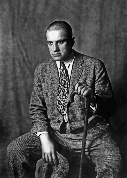 Советский поэт Владимир Маяковский. | Фото: b1.m24.ru.
