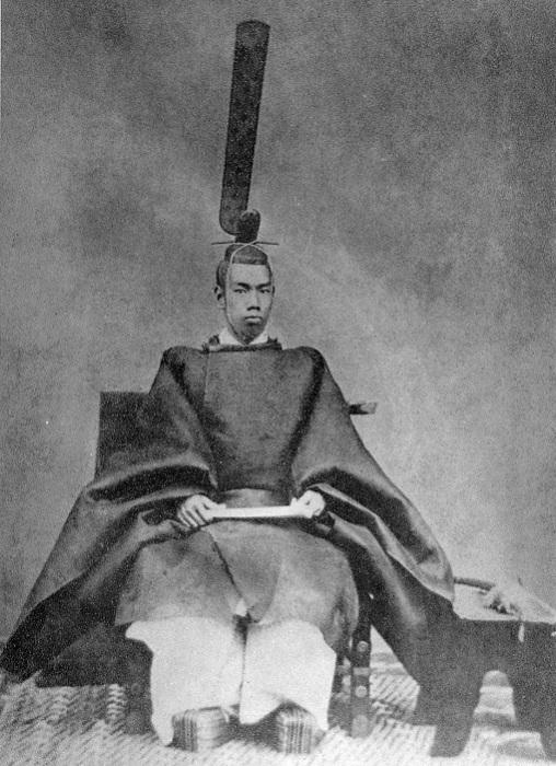 Молодой император Мэйдзи в церемониальных одеждах, 1872 год. | Фото: ru.wikipedia.org.