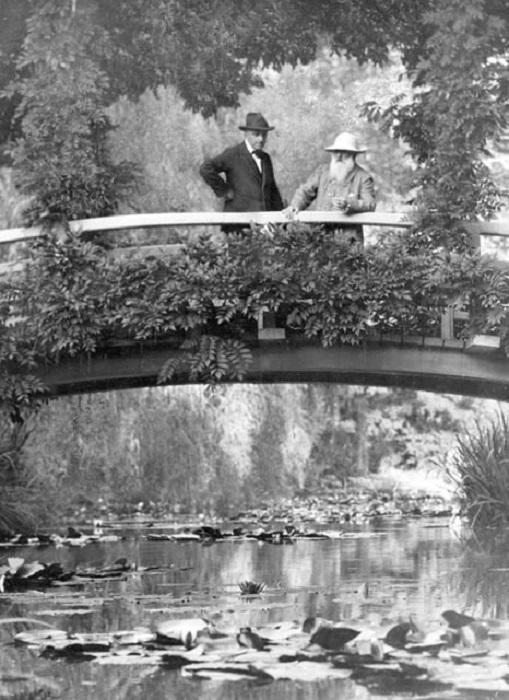 Клод Моне (справа) на японском мостике в своей усадьбе. | Фото: thevintagenews.com.