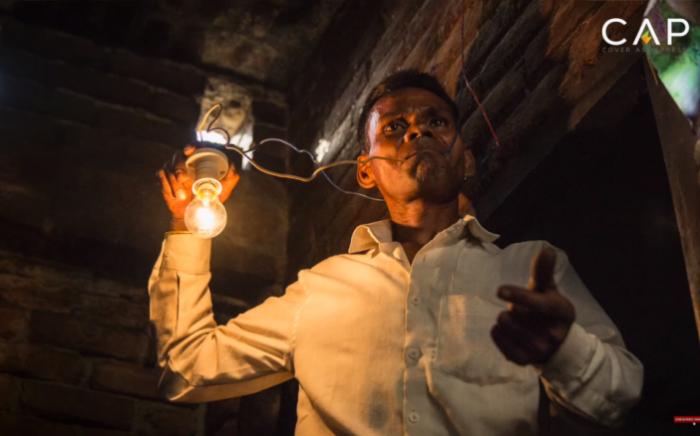 Человек-лампочка - индиец, который берется за оголенные провода голыми руками. | Фото: odditycentral.com.