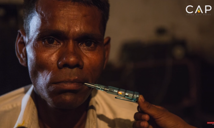 Индикатор напряжения в отвертке загорается, находясь во рту у индийца. | Фото: odditycentral.com.