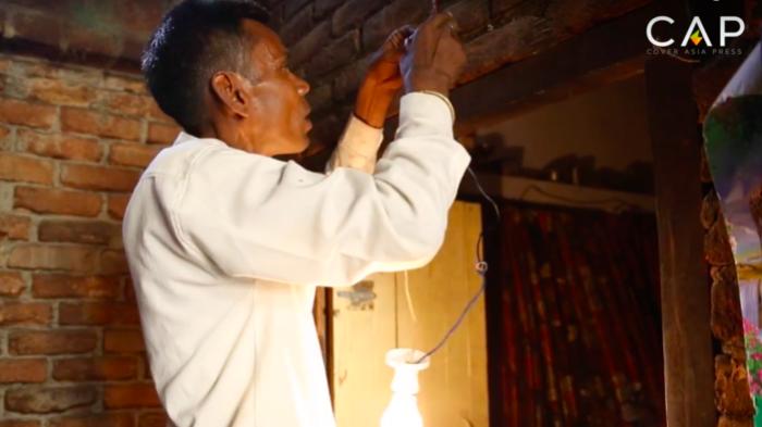Naresh Kumar - индиец, который питается электричеством.   Фото: bigpicture.ru.