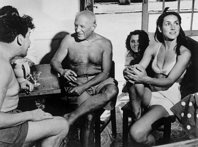 Пабло Пикассо и Француаза Жило в кафе Golfe Juan, 1948 год.