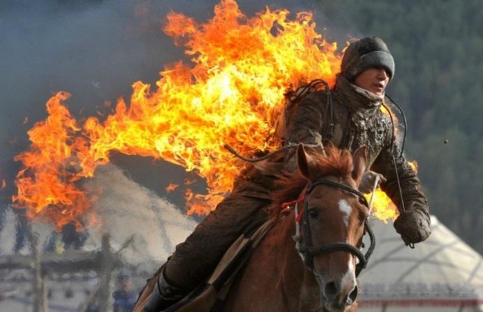 Зрелищное выступление горящего всадника.