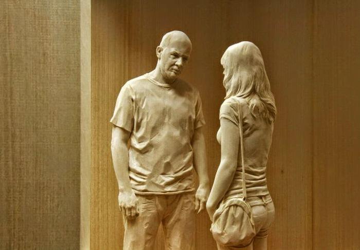 Фигуры из дерева, вырезанные итальянским скульптором Peter Demetz.