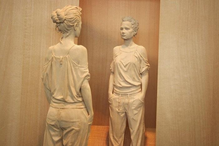 Реалистичная скульптура из дерева.