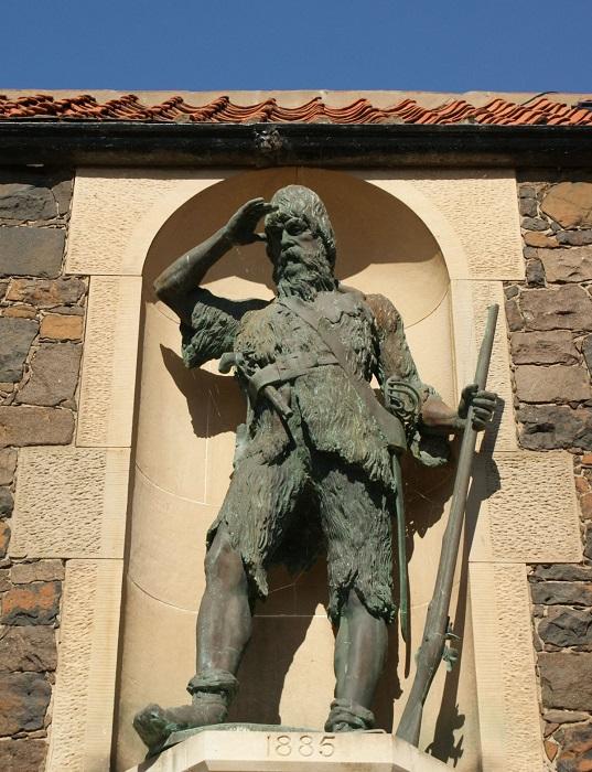 Памятник Александру Селькирку в Шотландии. | Фото: 1.bp.blogspot.com.