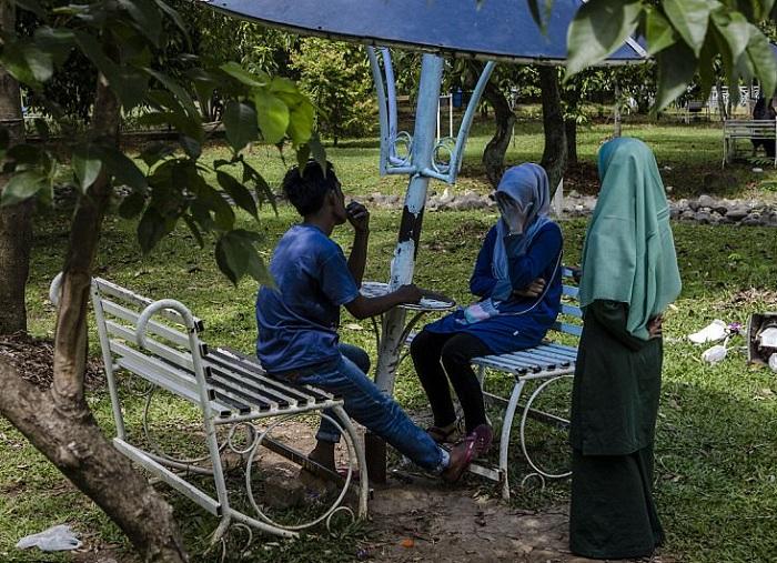 Женщина-полицейский проводит разъяснительную беседу с парой в парке. | Фото: dailymail.co.uk.