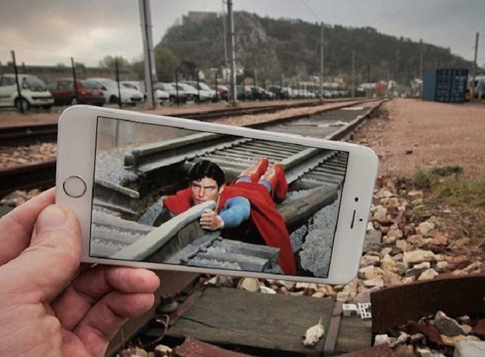 Мультяшный Супермен «спасает» реальный мир.
