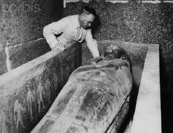 Египтолог Пьер Монте во время вскрытия гробницы фараона Псусеннеса I. | Фото: photo.qip.ru.