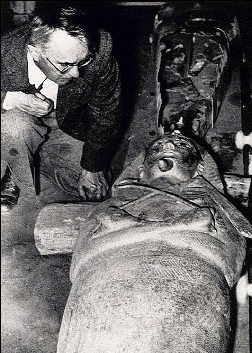 Пьер Монте возле саркофага фараона. | Фото: proxy11.media.online.ua.