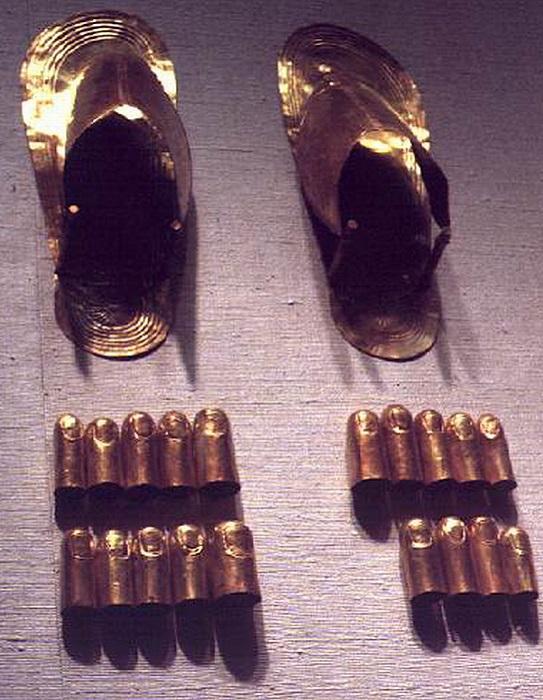 Сандалии и напальчники из чистого золота. | Фото: kolizej.at.ua.