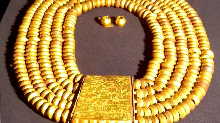 Ожерелье из лазурита, собственноручно сделанное фараоном Псусеннесом I. | Фото: assets.natgeotv.com.