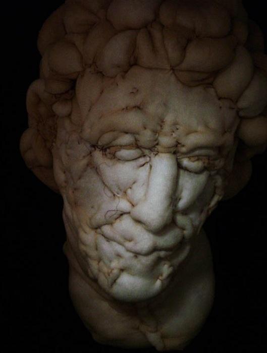Человеческие образы, выполненные из нейлона.