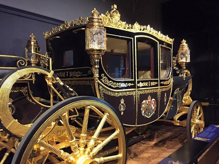 Королевская карета в Букингемском дворце. | Фото: fiveminutehistory.com.