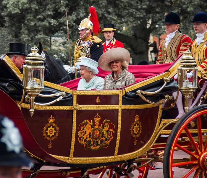 Королева Елизавета II в ландо во время празднования своего Бриллиантового юбилея, 2012 год. | Фото: fiveminutehistory.com.