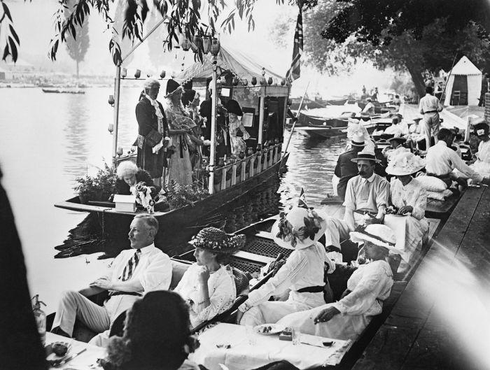 Ежегодная летняя регата в Хенли на реке Темзе незадолго до начала Первой мировой войны. | Фото: fiveminutehistory.com.