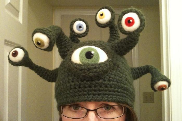 Вязаная шапка в виде инопланетянина.