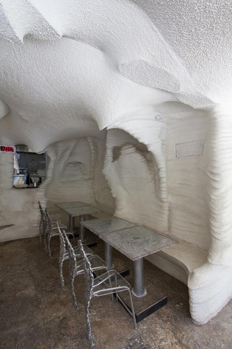 Столы и стулья в ресторане сделаны из соли.