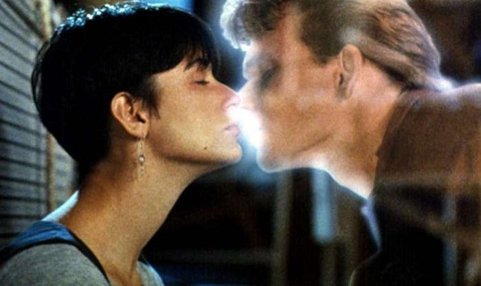 Романтический поцелуй. Актеры: Деми Мур, Патрик Суэйзи.